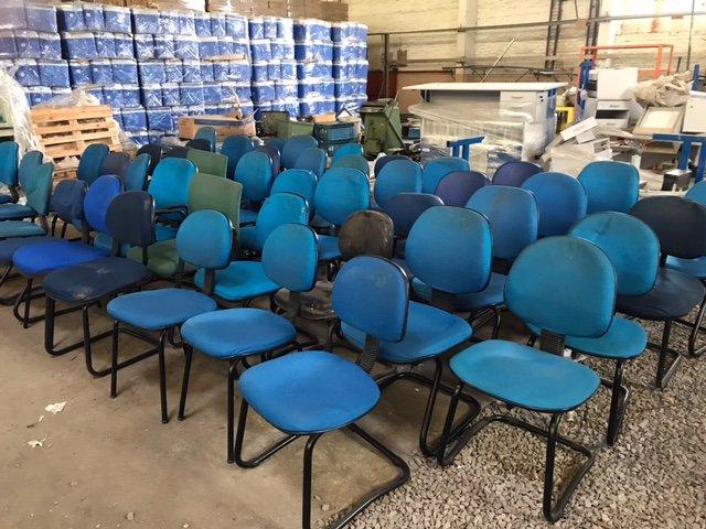 43 Cadeiras fixa sem braço