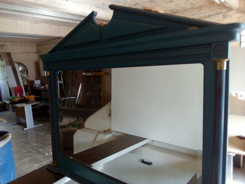 Espelho com moldura de madeira importado